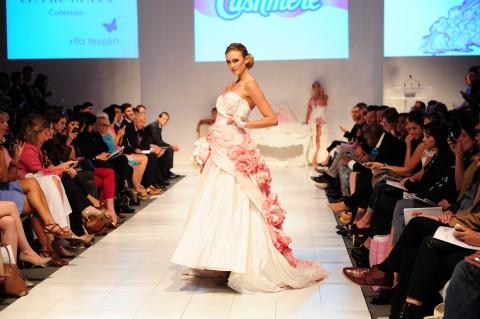 Défilé Blanc Cashmere - Modèle signé Carrie Hayes.