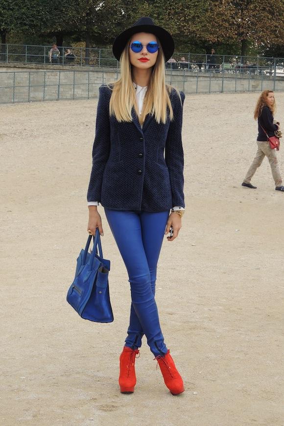 Streetstyle bleu, blanc, rouge à la Fashion Week de Paris - Jeans & Stilettos